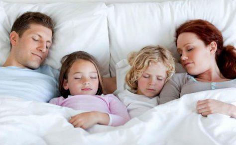 Ученые: Детям лучше спать отдельно от родителей