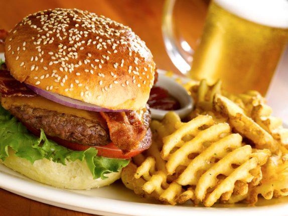 Психологи рассказали, как жирная пища влияет на психику
