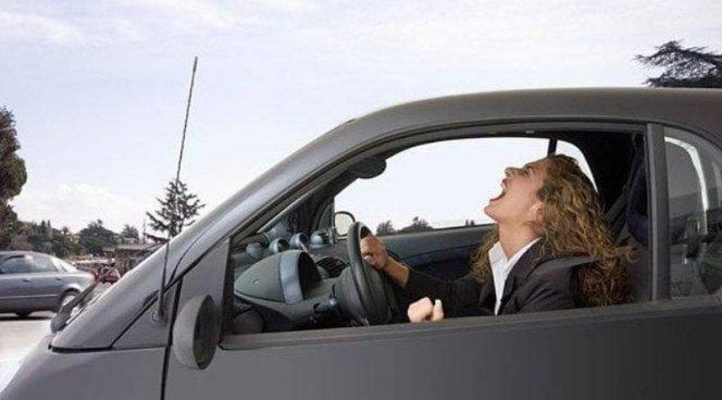 Женщины за рулем ведут себя агрессивней мужчин
