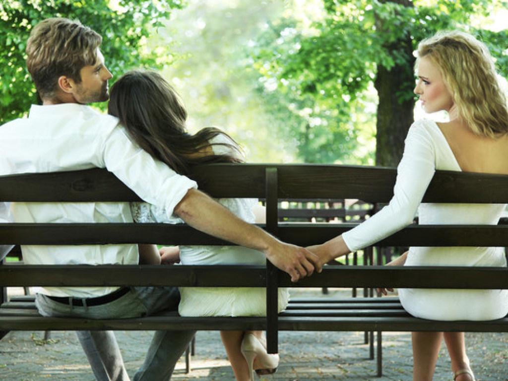 Психологи объяснили «природу» женской и мужской измены
