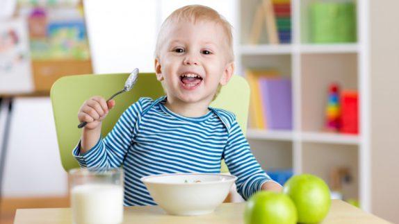 Учим ребенка есть самостоятельно: советы мамы-психолога