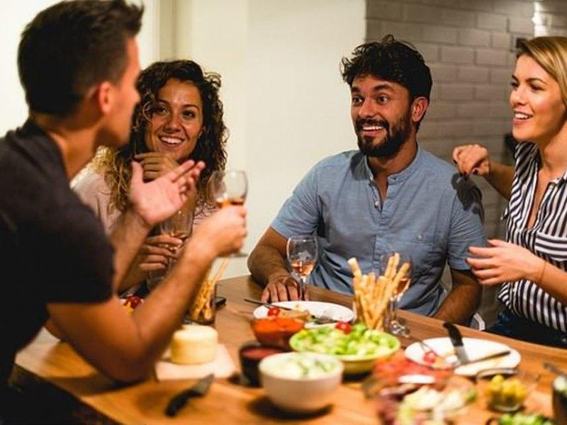 Ужин с друзьями поможет похудеть