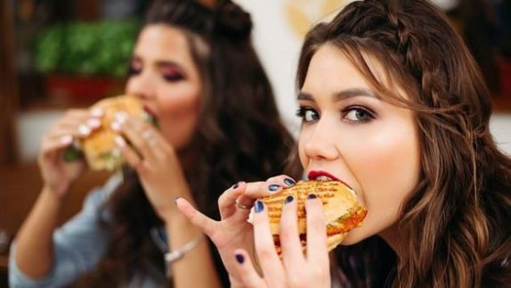 Социальное окружение может стать причиной набора веса