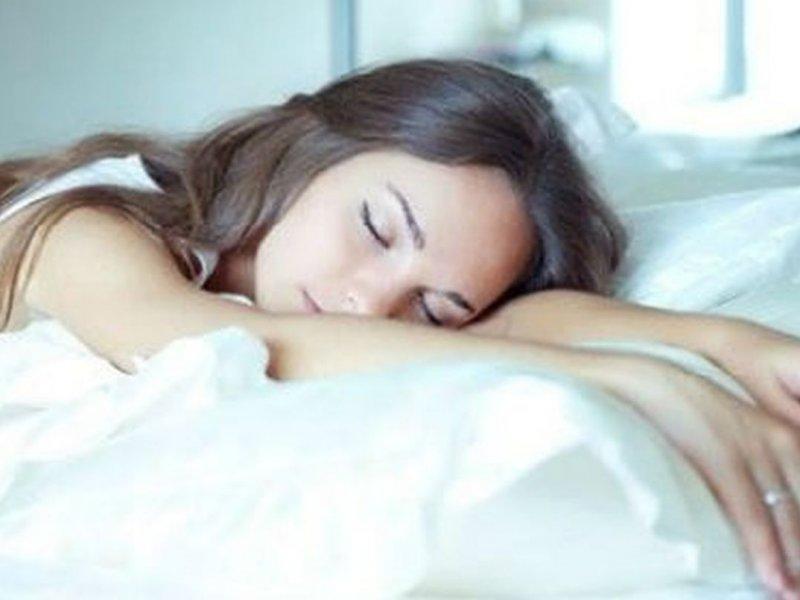 Психолог рассказала о связи характера человека и позы во время сна