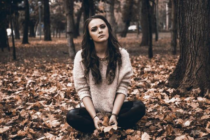 Врач рассказал, как справиться с осенней депрессией