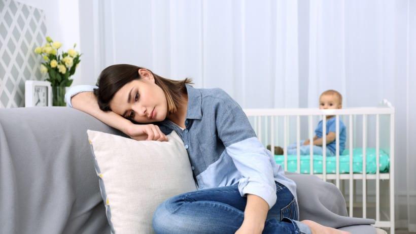 Усталость, недосып и послеродовая депрессия: как состояние мамы влияет на сон ребёнка