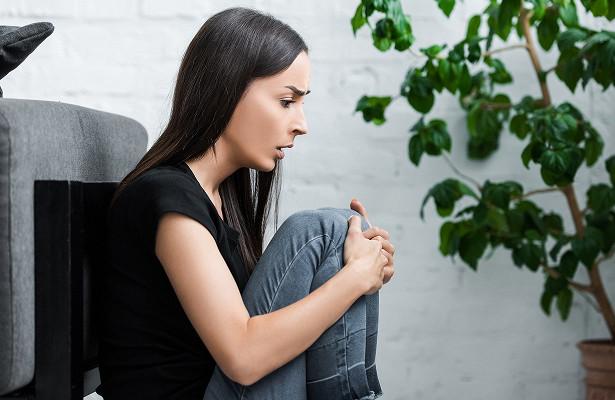 Головокружение, жар и даже удушье: симптомы панических атак и как с ними бороться — разбираем с врачом