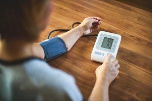 Тревожный пациент: тонометр и пульсометр дома как проявление невроза