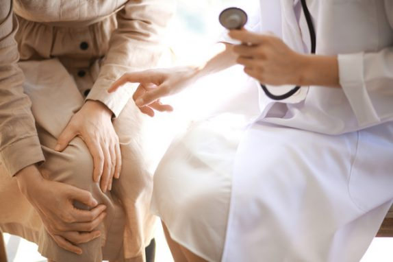 Боли в коленях: причины и способы лечения